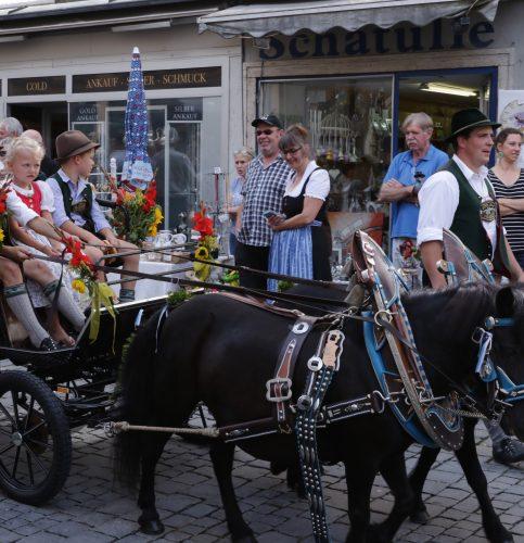 Mit der Pony-Kutsche durch die Stadt. Foto: Evi Gröning