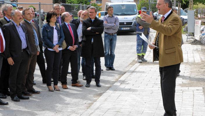 Der stolze Bauherr Wolfgang Berthaler, rechts, freut sich auf moderne Arbeitsplätze.