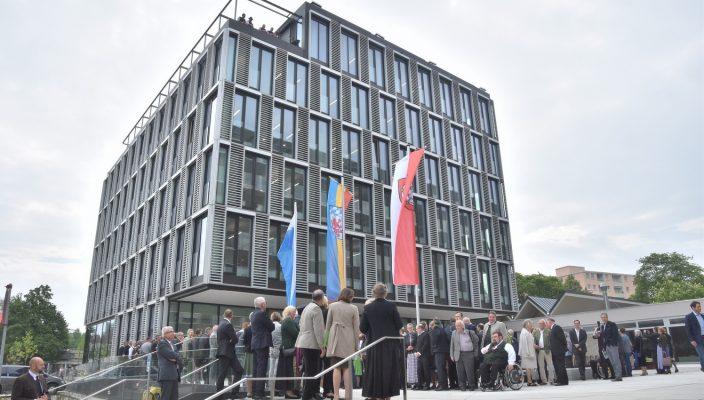 Im Mittelpunkt des Interesses: der fertig gestellte Anbau des Rosenheimer Landratsamts. Foto: Schlecker