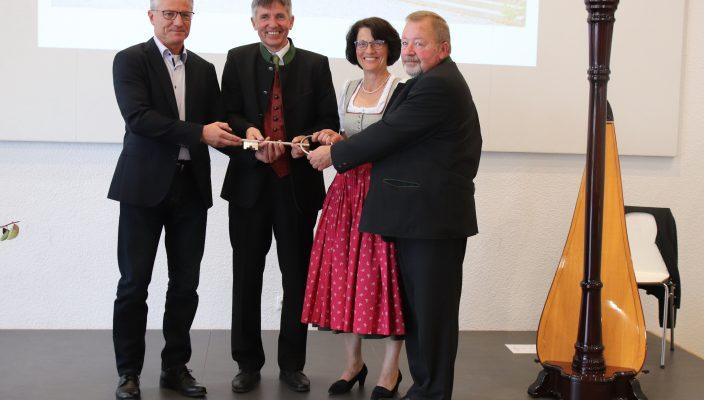 Bei der Schlüsselübergabe, von links: Architekt Hans Wagenstaller, Schulleiter Wolfgang Hampel, stellvertretende Schuleiterin Anna Bruckmeier und der stellvertretende Landrat Josef Huber.