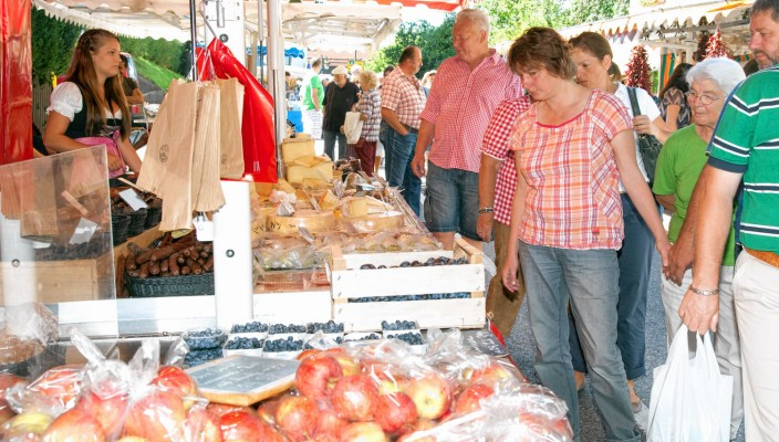 Köstliche Äpfel sind wohl das Obst der Saison und natürlich auch hier am Markt er- hältlich. Fotos: Berger