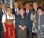 Oberbürgermeisterin Gabriele Bauer im Kreis der ausscheidenden Stadtratsmitglieder. Es fehlen Anna Elisabeth Cyron, Christl Loferer-Horn und Hans Raß. Foto: Kink