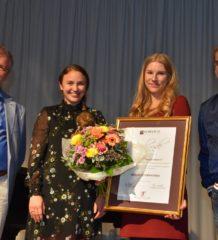 Melina Kühbandner, Zweite von links, neben ihrer Lehrerin Christine Sedlmeier wird vom Vorsitzenden Peter Rutz (rechts) und Schulleiter Gottfried Hartl (links) der Leonhard-Grötsch-Musikpreis verliehen.