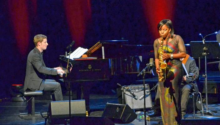 Eigens zum Preisträgerkonzert war Tia Fuller, Saxofonistin und Leiterin der Big Band des Berklee College of Music Boston, nach München in den Gasteig gekommen. Ihren temperamentvollen Auftritt begleitete der Wettbewerbssieger, Leo Betzl.