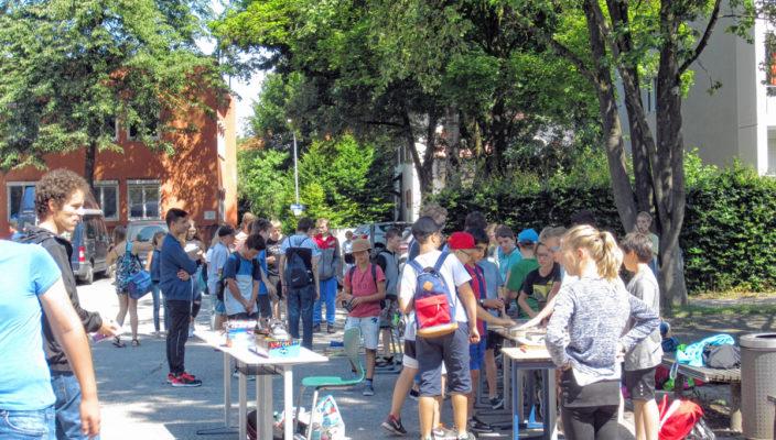 Beim Flohmarkt an der Schule gab es viele Bücher und Gesellschaftsspiele zum Schnäppchenpreis.
