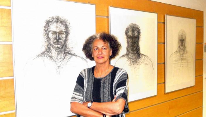 Professor Doris Titze zeigt in der Ausstellung im Stephanskirchener Rathaus ein breites Spektrum ihres künstlerischen Schaffens. Foto: Jacobi