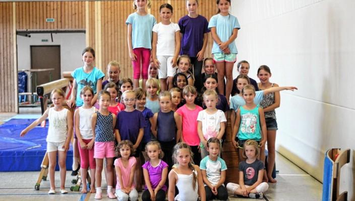 Die kleinen Turnerinnen des MTV Rosenheim kurz vor ihrem Wettkampf. Für manche war es der erste überhaupt. Sie stellten sich mutig den Kampfrichtern. Foto: Albert Goike