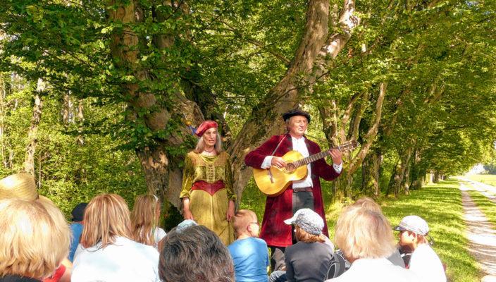 Fasziniert hören große und kleine Besucher die märchenhaften Geschichten vom König auf Herrenchiemsee.
