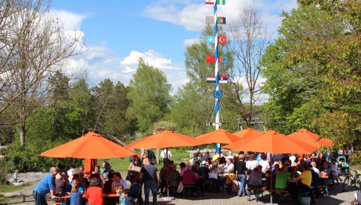 Welche Motive werden wohl dieses Jahr den Maibaum im Caritas Kinderdorf zieren? Foto: Florian Lintz