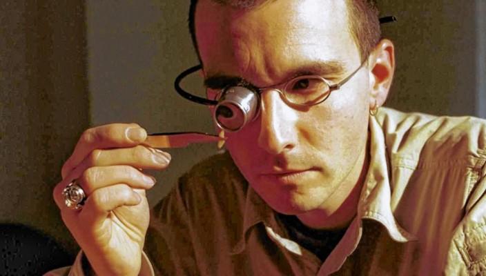 Den Mördern auf den Fersen: Dr. Mark Benecke untersucht jede noch so kleine Spur.