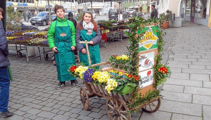 Mit dem liebevoll geschmückten Osterwagerl werden bunte Ostereier verteilt.