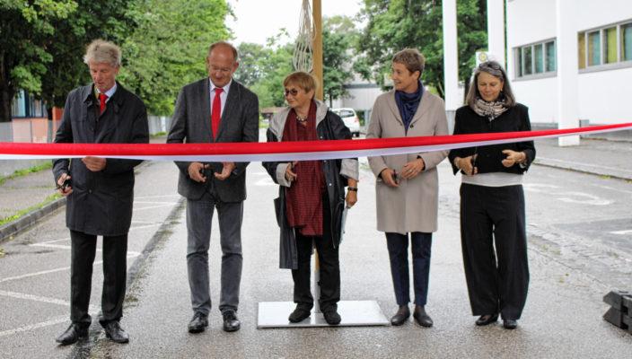 Von links: Bürgermeister Felix Schwaller, Schulleiter Michael Beer, Dr. Barbara Distel und die Schulleiterinnen Bärbel Marx und Ursula Endler-Höhne gaben die Max-Mannheimer-Straße offiziell frei. Foto: ff
