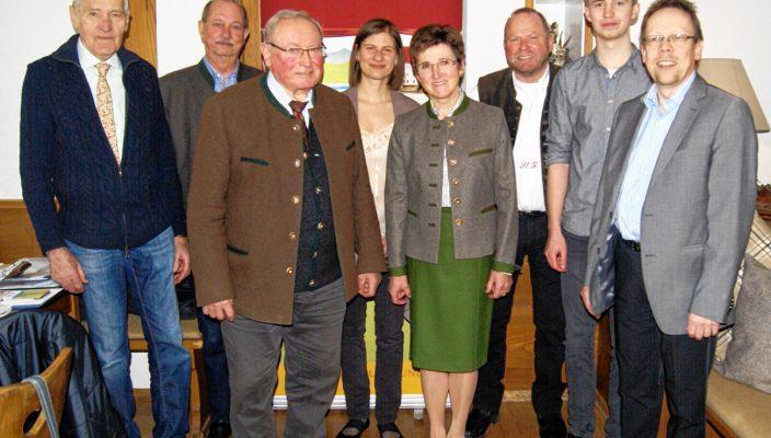Der Vorstand des Kulturfördervereins mit einem Teil der Künstler, die auftreten werden.