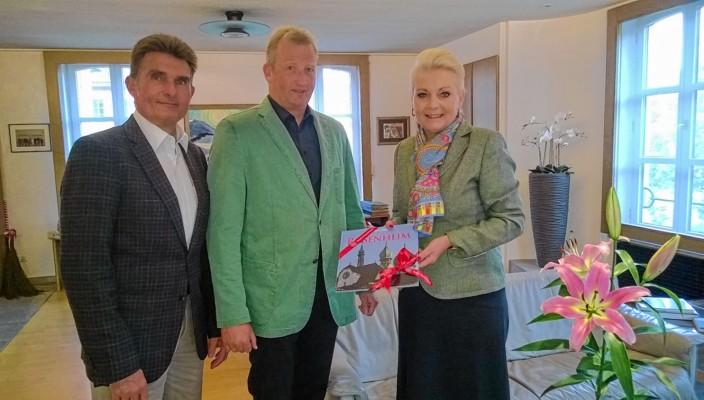 Für die vor ihm liegenden Aufgaben wünschten Oberbürgermeisterin Gabriele Bauer und Schuldezernent Michael Keneder dem neuen Schulleiter Robert Mayr ein stets glückliches Händchen.
