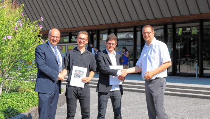 Verkaufsleiter Andreas Wiefels und Ausbilder Lars Wuttke gratulieren Patrick Härting und Tobias ter Hell zu ihrem Staatspreis zur Verkäuferprüfung.