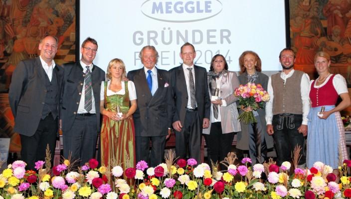 Bei der Ehrung: : Laudator Gerd Maas, Wolfgang und Simone Kuffner, Firmenchef und Stifter Toni Meggle, Gerhard und Susanne Grimmeisen, Toni Meggles Ehefrau Marina und Anton und Irmi Lamprecht (von links)