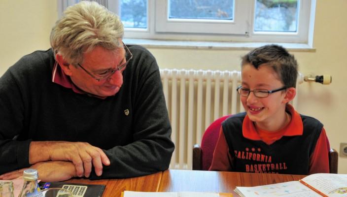 Das Mehrgenerationenhaus bringt Generationen zueinander, etwa den Schülerpaten Manfred Hall mit seinem Schützling
