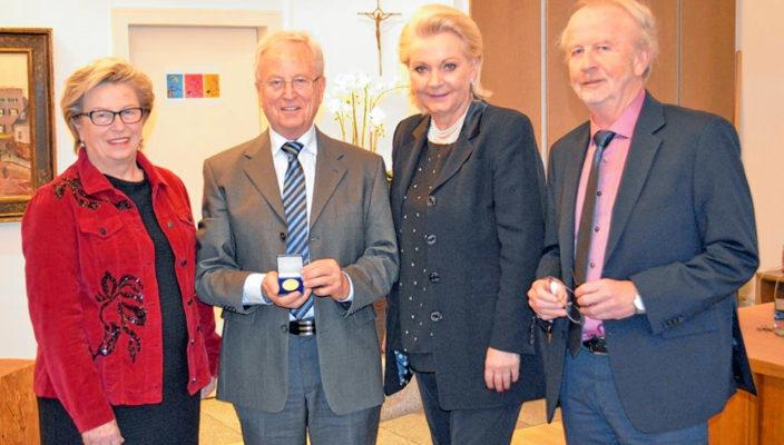 Von links: Uschi Meishammer, Adalbert Meishammer, Oberbürgermeisterin Gabriele Bauer und Kulturreferent Robert Berberich. Foto: cs