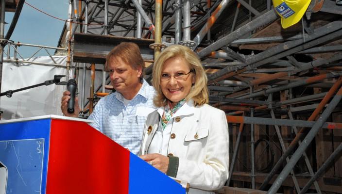 Investorin Dorothea Meltl und Projektleiter Curt Wiebel freuten sich beim Richtfest über den guten Verlauf der Bauarbeiten. Fotos: Peter Schlecker