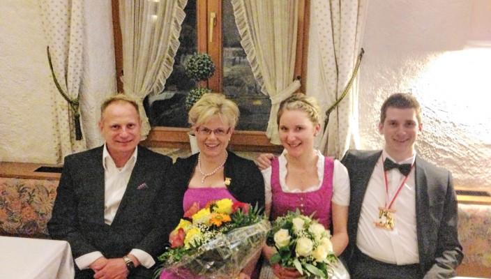 Amüsierten sich prächtig: Obermeister Hubert Lohberger mit seiner Frau Angelika, der Ballkönigin Anna Wimmer und dem Ballkönig Peter Hampp (rechts).