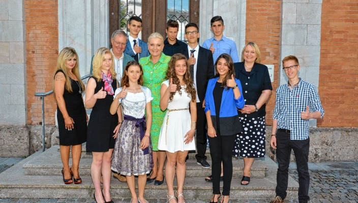 Landrat Wolfgang Berthaler gratulierte den erfolgreichen Schülern.