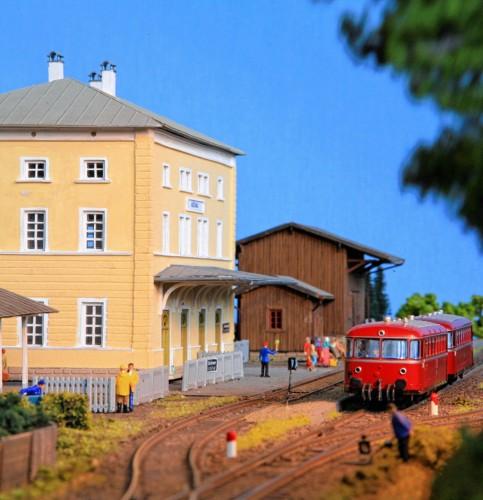 Die Träume großer und kleiner Hobby-Lokführer wahr werden lässt die Ausstellung in Aschau.