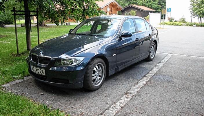 Wer hat dieses Fahrzeug, einen BMW, gesehen?