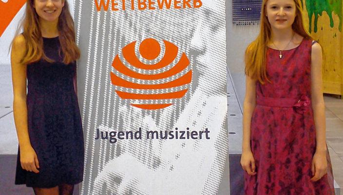 """Freuen sich über ihre hervorragende Wertung im Fach """"Duo Kunstlied"""": Lilly Häuser, links, und Isabella Schulz."""