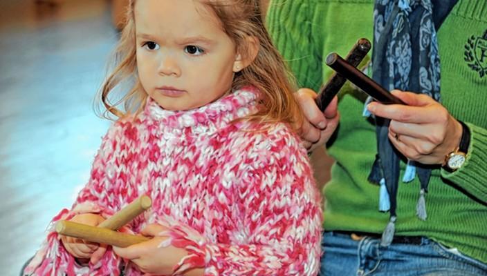 Gemeinsam mit den Eltern entdecken die Kinder ihre Freude an der Musik.