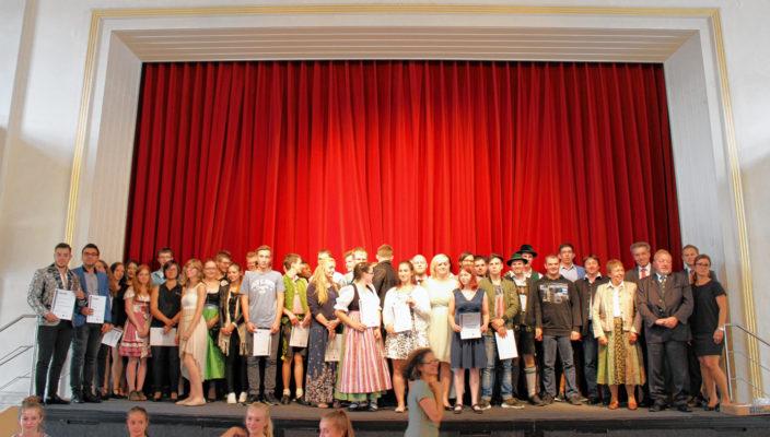 Stolzer Moment nach abgeschlossener Ausbildung: Der Festakt auf der Bühne des Rosenheimer Ballhauses. Foto: nu