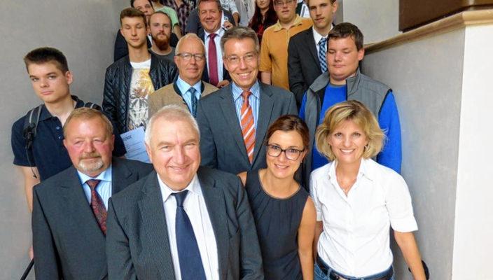 Josef Huber, Jakob Grau, Astrid Schneider, Daniela Ludwig MdB, dahinter Anton Heindl, Otto Lederer MdL, mittig dahinter Klaus Stöttner MdL, im Kreis der geehrten Jugendlichen (von links vorne).