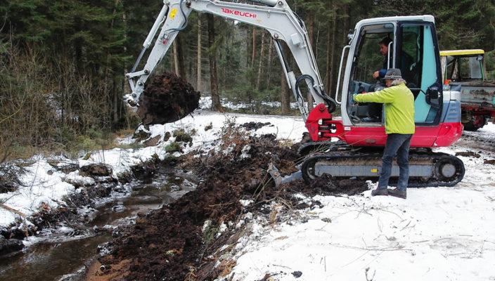 Auf dem gefrorenen Boden war der Einsatz eines Baggers kein Problem. Bio-Landwirt Georg Kurfer (stehend) ließ einen verlandeten Kanal im Hintermoos ausbaggern. Viele Tiere werden dort eine artgerechte Heimat finden.