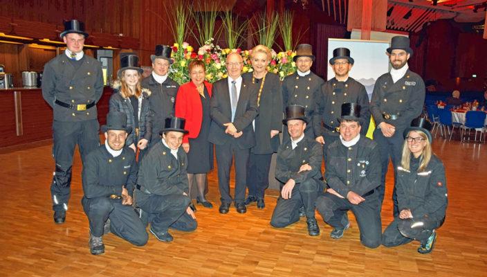 Auf ein gutes neues Jahr: Oberbürgermeisterin Gabriele Bauer, zweiter Bürgermeister Anton Heindl und dritte Bürgermeisterin Dr. Beate Burkl im Kreise vieler Glücksbringer. Foto: Trux