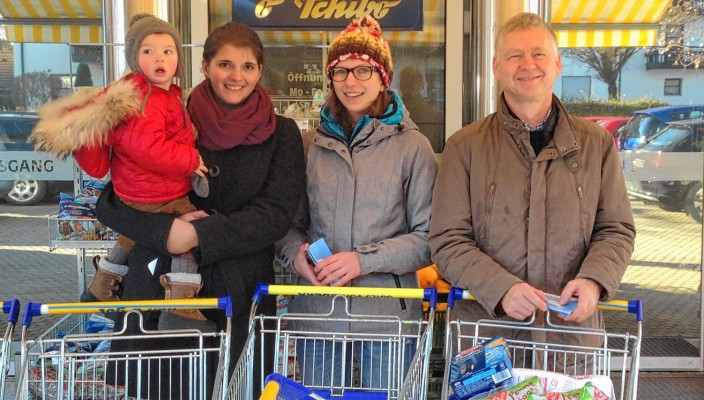 Auch im Edeka Haidholzen wurde fleißig gesammelt. Mit dabei (von links) Viktoria Multrus (mit Sohn Theo), Tina Treffer (Rotaract) und Peter Nickl (Rotary).