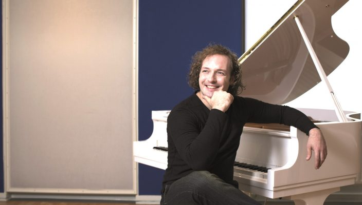 Solist des Abends ist Pianist Nikolai Tokarev.