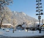 Eine winterliche Idylle umrahmt von Bergen: Nußdorf im Inntal.