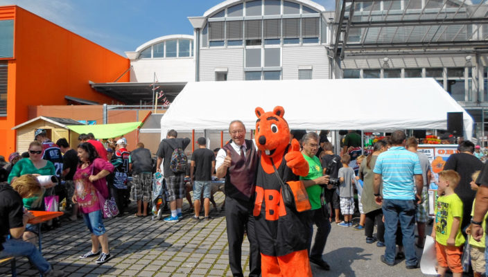 Daumen hoch für das OBI-Sommerfest mit den Starbulls: Matthias Stöcker (Prokurist der drei OBI Märkte) und der OBI-Biber.