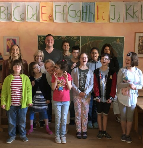 Die Kinder der Raphael-Schule freuen sich schon auf die Klassenfahrt an den Bodensee. Eva Janisch (Geschäftsleitung), Michaela Erdösi (Klassenlehrerin) und Gerhard Holzinger von OBI Raubling bei der Übergabe der Geldspende.