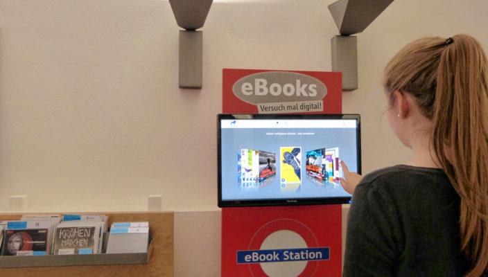 Auch an der E-Book-Station in der Bibliothek kann man sich einen Überblick über das aktuell verfügbare Online-Angebot verschaffen und ausleihen.