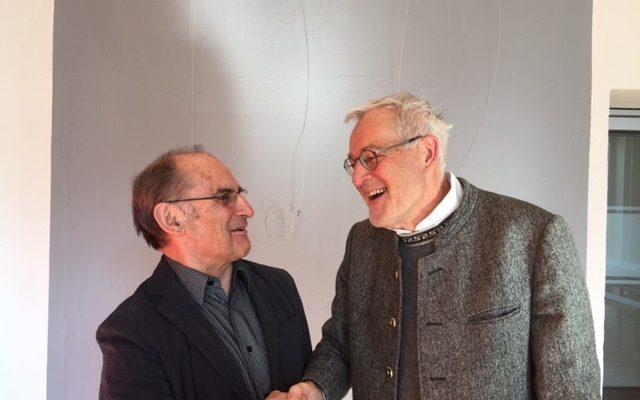 Ein halbes Jahrhundert lang war Anton Heimrath (links) im Pfarrgemeinderat tätig. Pfarrer Sebastian Heindl bedankte sich bei ihm herzlich für das lange Engagement.