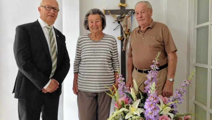 Am 7. August 1954 heirateten Dorothea und Ernst Palmberger in der Rosenheimer Christ-König-Kirche. Zu ihrem 60-jährigen Ehejubiläum gratulierte der Zweite Bürgermeister Anton Heindl den Eheleuten und überbrachte im Namen von Oberbürgermeisterin Gabriele Bauer einen Blumengruß. Vielen Rosenheimern ist das diamantene Ehepaar wohlbekannt, da sie nur wenige Tage nach ihrer Hochzeit gemeinsam die Metzgerei Palmberger gründeten.