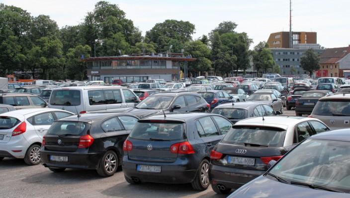 Auf der Loretowiese parken täglich hunderte Pendler kostenlos.
