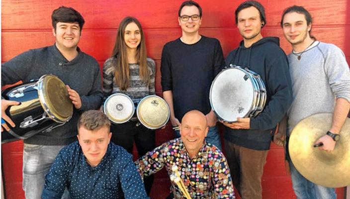 Eckhard Kopetzki und sein Percussionensemble.