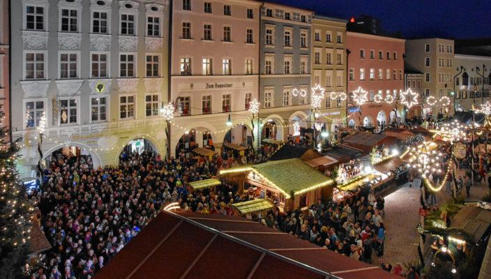 Die historischen Häuserfassaden bilden die zauberhafte Kulisse für den Christkindlmarkt in Rosenheims guter Stube.