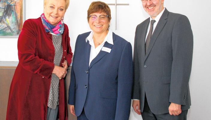 Oberbürgermeisterin Gabriele Bauer begrüßte die neue Pflegedirektorin, Frau Judith Hantl-Merget (Mitte), herzlich und wünschte einen guten Einstand sowie viel Tatkraft und Energie für die neue berufliche Herausforderung. Peter Lenz, Geschäftsführer der RoMed Kliniken, schloss sich dem an und freut sich auf eine konstruktive Zusammenarbeit.