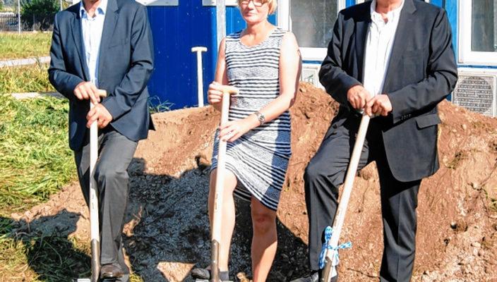 Nach dem ersten Spatenstich kann die Bautätigkeit starten. Unser Foto zeigt (von links): Schechens Bürgermeister Hans Holzmeier, Frauke Weiß von der Projektsteuerung und HSB-Geschäftsführer Dr. Harry Schmidt- Bovendeert. Foto: Ellermayer
