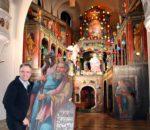 Das restaurierte und mehr als 400 Jahre alte Heilige Grab in der Pfarrkirche von Aschau im Chiemgau erstrahlt in neuem Glanz. Auch Pfarrer Paul Janßen hat bei den Aufbauarbeiten mitgeholfen. Foto: H. Reiter