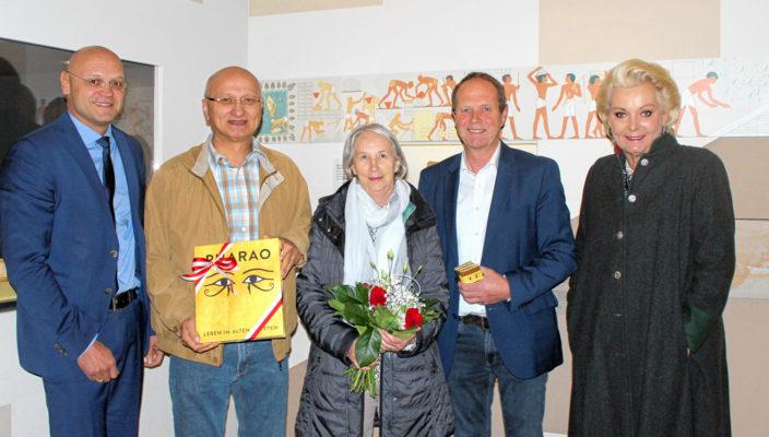VKR-Geschäftsführer Peter Lutz, Peter und Johanna Vogtleitner, der Leiter des Ausstellungszentrums Dr. Peter Miesbeck und Oberbürgermeisterin Gabriele Bauer (von links).