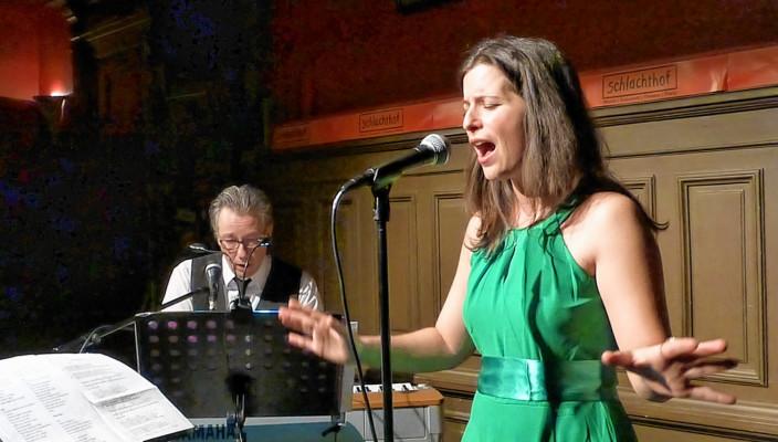 Julia Plank bekommt Unterstützung von Florian Müller am Klavier. Foto: fkn