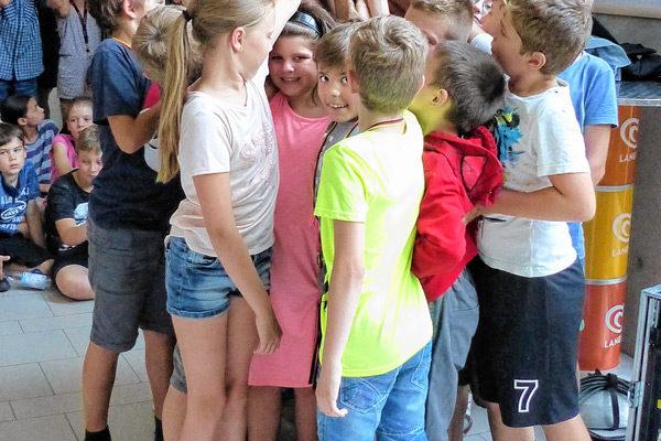 ie ganze Schulfamilie der Grundschule Prinzregentenstraße feierte den Sieg beim Basketballturnier. Foto: re